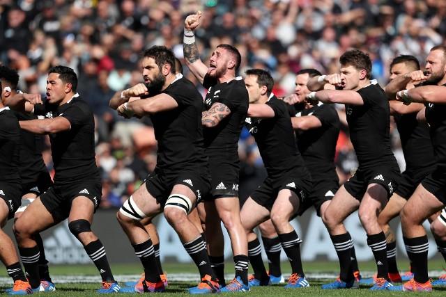 """Mecze Nowej Zelandii zawsze poprzedza słynna """"Haka"""" (wojenny taniec Maorysów), wykonywana przez rugbystów tego kraju."""