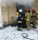Pożar przy ul. Sienkiewicza w Brzezinach. Ogień pojawił się w piwnicy budynku