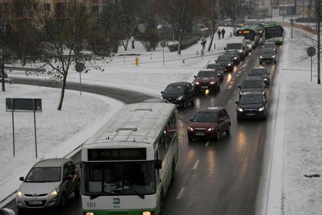 Zima zaskoczyła drogowców. Szczególnie trudna sytuacja jest na osiedlach. Internauci - czekamy na Wasze zdjęcia i filmy!