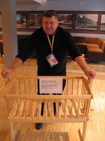 Adam Szurgociński, szef sztabu WOŚP w Nowej Dębie ogłasza, że nadal można kupić wystawioną na licytację drewnianą kołyskę, której cenę wywoławczą ustalono na 150 złotych.