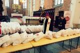 Wrocław: Arcybiskup Józef Kupny poświęcił i rozdał 200 paczek z żywnością  dla ubogich