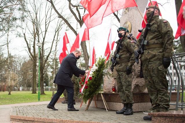Marszałek województwa podlaskiego Artur Kosicki składa kwiaty pod Pomnikiem Mordu Katyńskiego.