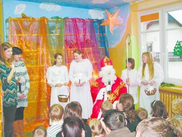 Niełatwo poznać, kto wcielił się w postać św. Mikołaja. Najważniejsze, że nikogo nie pominął przy rozdawaniu prezentów.