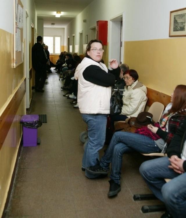 Kolejka pod gabinetami w przychodni na Grodku może odstraszać. Jednak pacjenci są zadowoleni, że nie muszą czekać tygodniami na przyjęcie do lekarza.
