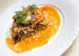 Pomysł na obiad w greckim klimacie. Musaka, czyli danie z bakłażanów, mięsa mielonego i pomidorów [PRZEPIS]