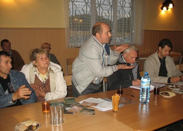 Spotkanie w wiejskiej świetlicy było pełne emocji. - Moje budynki pękają przez KGHM - zapewniał Zdzisław Chudaś.