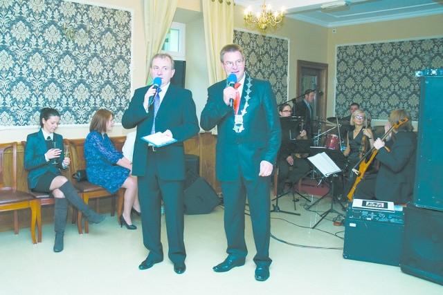 Z prawej gospodarz spotkania w Zakrzowie, Siegmund Dransfeld, obok Leonard Malcharczyk z Konsulatu Niemiec w Opolu.