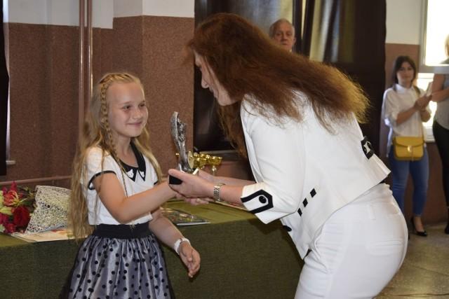 Zakończenie roku szkolnego w Szkole Podstawowej nr 4  w Skierniewicach to okazja do wręczenia dorocznej głównej nagrody honorowej Marysieńka. Statuetkę za całokształt dokonań otrzymała w tym roku uczennica klasy III Agnieszka Radek.. Poza tym było wiele nagród dla wyróżniających się uczniów.