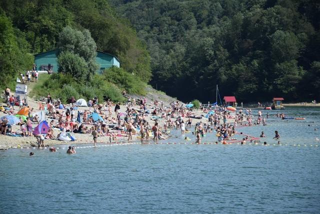 Tłumy ludzi nad Jeziorem Solińskim.