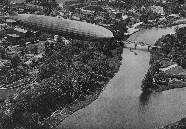 Przelot sterowca nad Koźlem. W tle most łączący miasto z wyspą na Odrze
