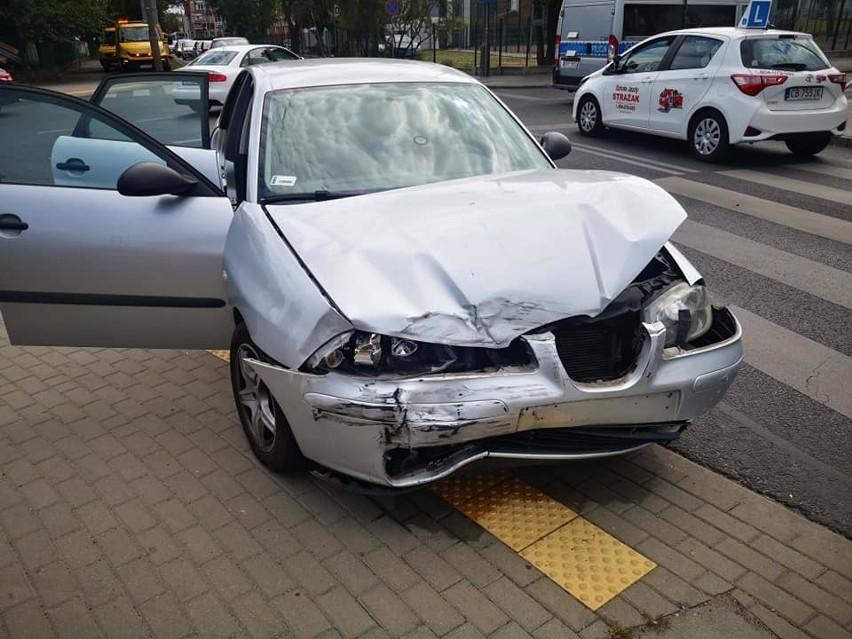 W środę, 31 lipca, około godziny 14:40 dyżurny bydgoskiej komendy otrzymał zgłoszenie o zdarzeniu drogowym, do którego doszło w Bydgoszczy na ul. Gajowej przy skrzyżowaniu z ul. Głowackiego. Ze wstępnych ustaleń policjantów wynika, że kierujący seatem nie ustąpił pierwszeństwa i doprowadził do zderzenia z prawidłowo jadącym mercedesem. Ten chcąc uniknąć zderzenia wjechał na chodnik, gdzie uderzył w znak drogowy. Niestety blisko niego stał 29-letni mężczyzna, który został uderzony owym znakiem w głowę. Z poważnymi obrażeniami głowy bydgoszczanin został przewieziony do szpitala. Tam, mimo udzielonej pomocy medycznej, mężczyzna zmarł. Obaj kierujący byli trzeźwi. Do sprawy został zatrzymany kierujący seatem. Bydgoscy policjanci prowadzą, pod nadzorem prokuratora, czynności zmierzające do wyjaśnienia wszystkich okoliczności tego tragicznego zdarzenia. Flash Info odcinek 25 - najważniejsze informacje z Kujaw i Pomorza