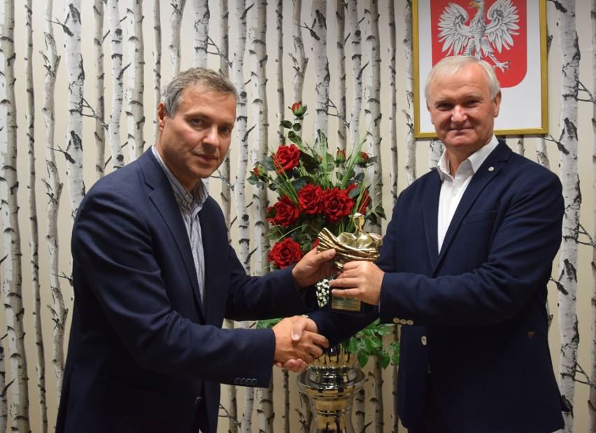 Nagrodę z rąk Sławomira Baćkowskiego, dyrektora radomskiego...