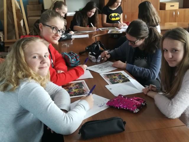 Uczniowie z Jełowej wysłali ponad 50 kartek do nieznajomych.