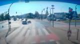 Koszmarny wypadek w Poznaniu. Kierowca zignorował czerwone światło i potrącił motocyklistę. Zobacz nagranie