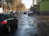 Łódź. Na ul. Franciszkańskiej łatano dziurę, w której była woda. Gdzie są największe dziury? Które ulice będą wkrótce łatane?
