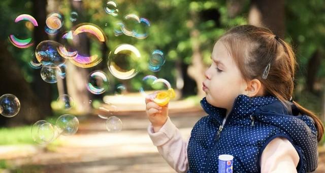 Centra zabaw dla dzieci wychodzą naprzeciw tym oczekiwaniom i organizują mnóstwo imprez i atrakcji zarówno dla dzieci, jak i dla całych rodzin. Jednak zawsze można znaleźć okazję, by zorganizować zabawę.