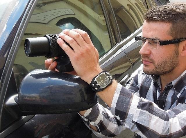 Prywatny detektyw czasami musi długo czekać, żeby móc zrobić zdjęcia osobie, którą śledzi.