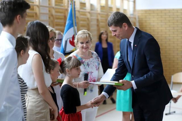 Ponad 37 tys. białostockich uczniów zakończyło rok szkolny, w akademii w szkole w Ogrodniczkach wziął udział szef MEN Dariusz Piontkowski