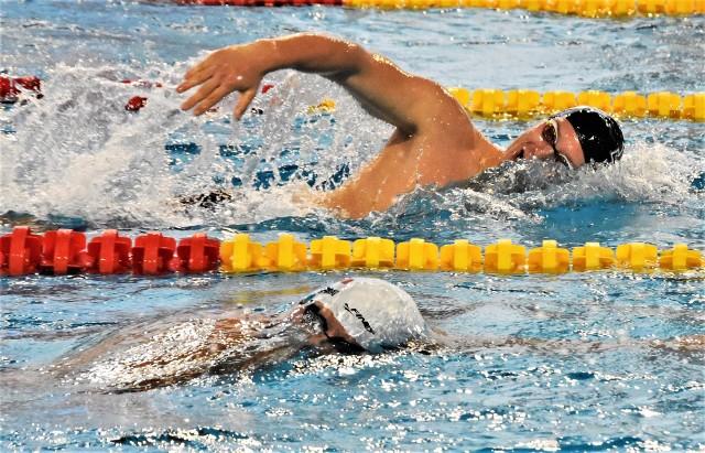 Zawodami w Oświęcimiu otworzono nowy sezon Arena Grand Prix Pucharu Polski w pływaniu. Na zdjęciu: Wojciech Wojdak (w tyle) w wyścigu na 400 metrów stylem dowolnym z Filipem Zaborowskim z MKP Szczecin.