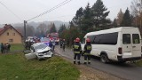 Pcim. Bus wiozący dzieci zderzył się czołowo z osobówką [ZDJĘCIA]