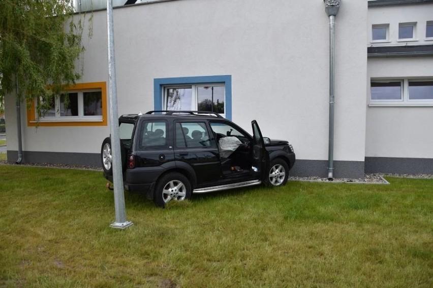 Samochód wjechał w przedszkole w Nowym Tomyślu. Jedna osoba...