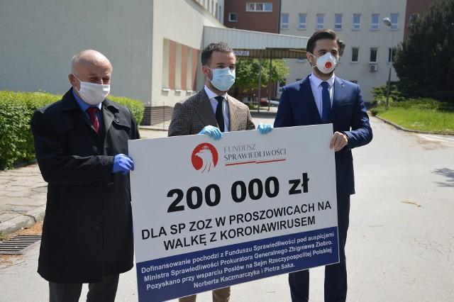 """""""Maskowa"""" konferencja w dobie epidemii. Od lewej starosta Grzegorz Pióro, dyrektor Łukasz Szafrański i poseł Norbert Kaczmarczyk."""