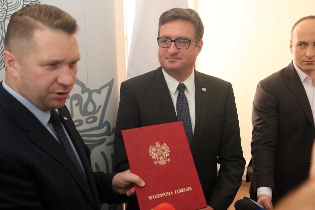 Wojewoda lubelski Przemysław Czarnek i prezes Wód Polskich Przemysław Daca na konferencji prasowej