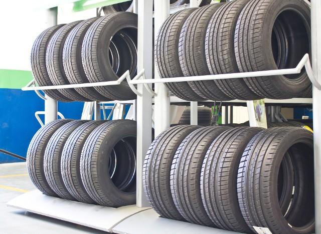 Opony letnie przez budowę bieżnika i twardszą mieszankę gumową zapewniają większą przyczepność do jezdni przy wiosenno-letnich temperaturach.