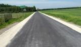 Ponad 1,6 kilometra drogi powiatowej w Dąbrówce w gminie Moskorzew po remoncie. Wreszcie można tu normalnie jeździć (ZDJĘCIA)