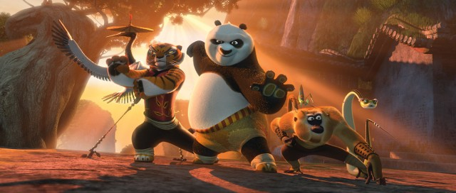 """""""Kung Fu Panda II""""Przebojowa animacja opowiadająca o kolejnych przygodach sympatycznego Po i jego przyjaciół. Kontynuacja przygód Po i jego przyjaciół. Tym razem grupa sympatycznych adeptów kung-fu będzie musiała stawić czoła nikczemnemu Lordowi Shenowi, który za cel postawił sobie podbicie Chin. Po i jego towarzysze wkrótce odkrywają, że ich wróg dysponuje potężną bronią. Czy grupie przyjaciół uda się w powstrzymać złowieszczego przeciwnika?  Emisja: TVN, godz. 20:00"""