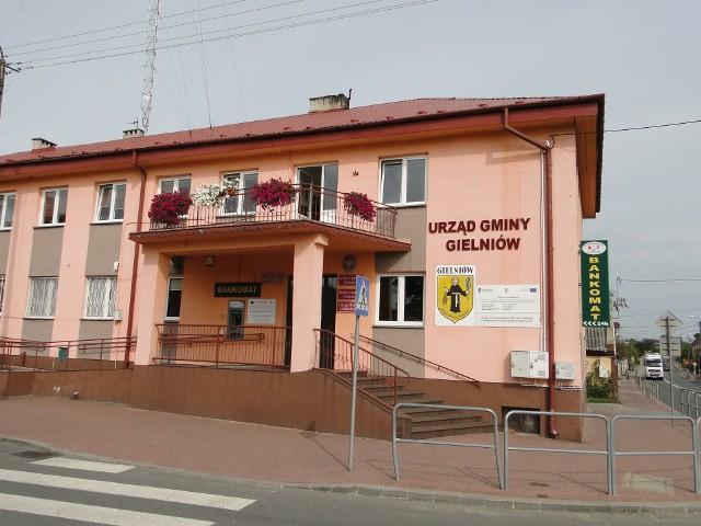 Urząd Gminy w Gielniowie został zamknięty po tym, jak okazało się, że chora jest zastępczyni wójta.