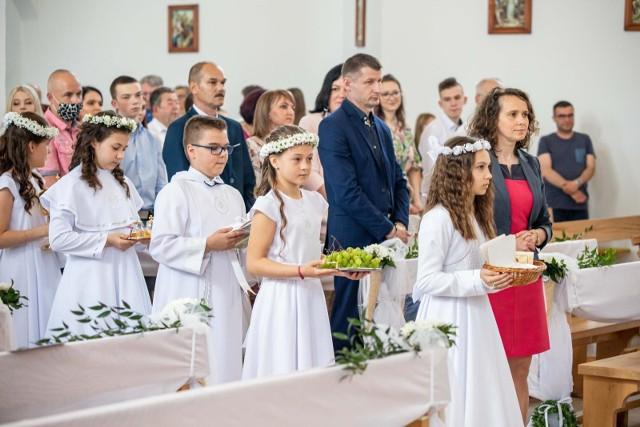 Parafia pw Matki Boskiej Różańcowej w Białymstoku. Pierwsza Komunia w dobie pandemii koronawirusa