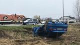 Wypadek w Gdańsku. 15.04.2021 r. W Kokoszkach kierowca uderzył w przystanek i dachował. Na miejsce przyleciał śmigłowiec LPR