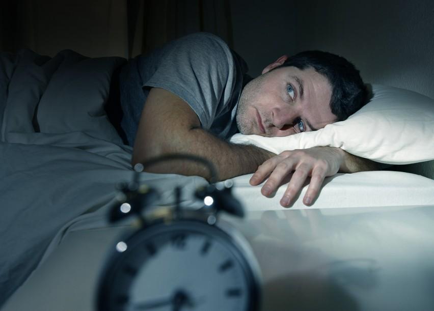 Nie wysypiasz się w nocy? Wstajesz rano zmęczony? Chciałbyś...