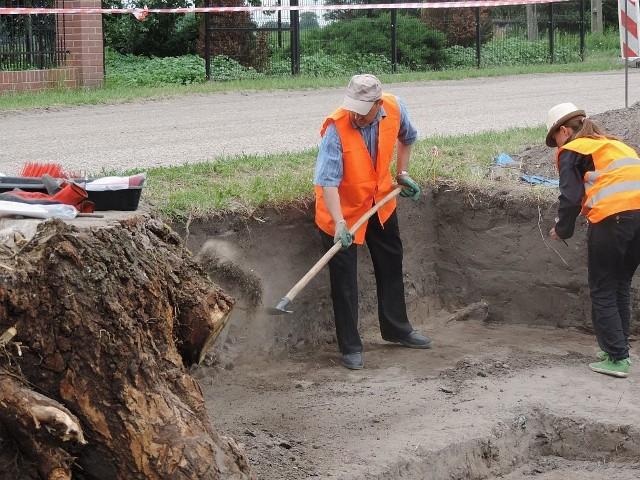 W Gąskach znaleziono skarbBadania wykopaliskowe w Gąskach po raz pierwszy prowadzone były przez profesor Aleksandrę Cofta-Broniewską. W latach 80. odkryto tu wówczas cmentarzysko z przełomu nowej i starej ery ze 120 grobami szkieletowymi i ciałopalnymi, usytuowanymi półkoliście wokół - mówiąc dzisiejszym językiem - kapliczki cmentarnej.