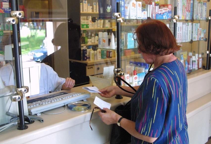 Nie liczmy, że aptekarze pomogą nam zaoszczędzić na lekach. O to musimy zadbać sami, pytając o tańsze zamienniki.