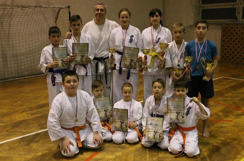 Młodzi karatecy z Międzyrzecza razem z trenerem.