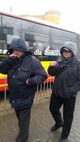 Wrocław: Czy kontrolerzy MPK mogą bezkarnie palić na przystanku? (ZDJĘCIA)