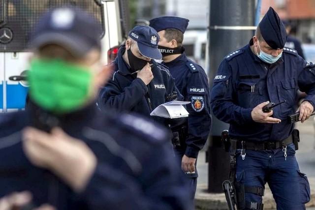 Od czasu wejścia w życie nowych obostrzeń epidemicznych codziennie specjalnie do sprawdzania, czy Polki i Polacy noszą maseczki, wysyłanych jest 20 tys. policjantów