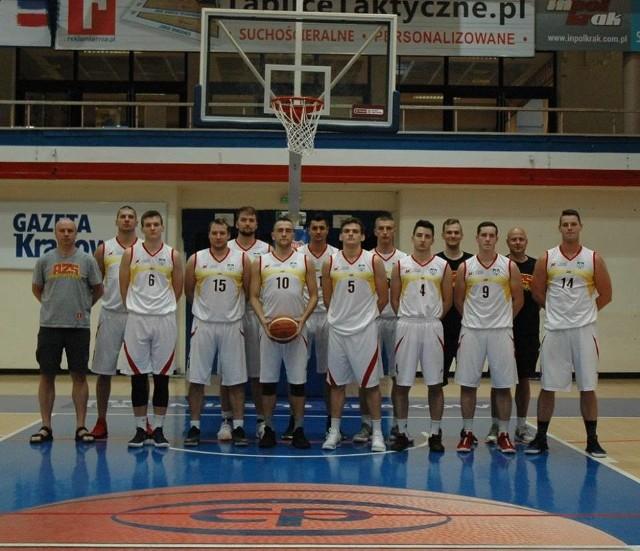 Piotr Zych (od lewej) i jego koszykarze, którzy zdobyli srebrne medale w kategorii uniwerków