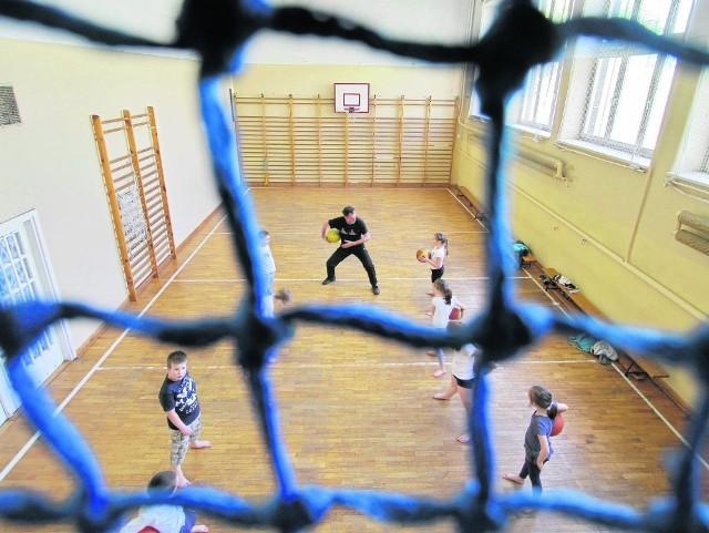 Wuef to nie tylko 45 minut biegania za piłką. Zgodnie z nową podstawą programową nauczyciele powinni przygotować programy autorskiej zaproponować uczniom ciekawe zajęcia, np. grę w boule