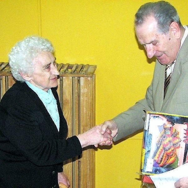 Benigna Pianka odbiera od Henryka Soboty  pościel z okazji 80 urodzin