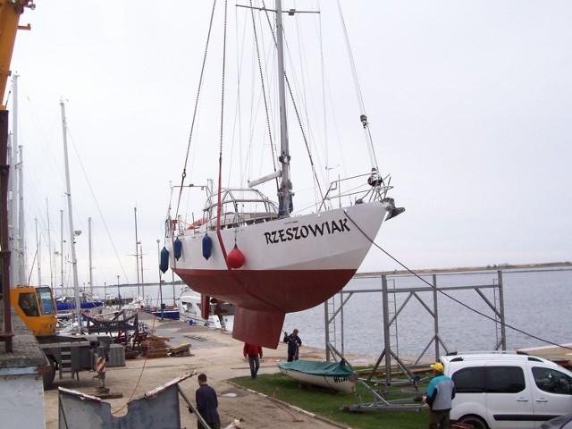 """W sobotę potężny dźwig podniósł stalowego """"Rzeszowiaka"""" i precyzyjnie opuścił do basenu portu jachtowego w Górkach Zachodnich w Gdańsku."""