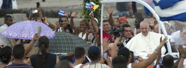 Papież Franciszek owacyjnie witany przez katolików na Kubie