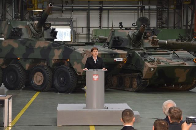Premier Beata Szydło w Hucie Stalowa Wola na tle samobieżnych haubic rak, była dumna z tego, że jej rząd wspiera rodzimy przemysł zbrojeniowy, a produkty z huty są na najwyższym poziomie.