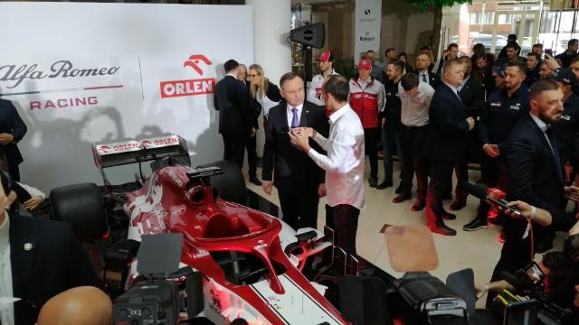 W poniedziałek 24 lutego w siedzibie PKN Orlen w Warszawie odbyła się oficjalna prezentacja Alfa Romeo Racing Orlen. W budynku Senator przy ulicy Bielańskiej pojawili się kierowca rezerwowy i rozwojowy ekipy, czyli Robert Kubica, podstawowi kierowcy zespołu Kimi Raikkonen oraz Antonio Giovinazzi, a także szef teamu Frederic Vasseur, prezes PKN Orlen Daniel Obajtek i minister aktywów państwowych Jacek Sasin. Pod koniec spotkania z kibicami i mediami do gości dołączył prezydent Andrzej Duda.