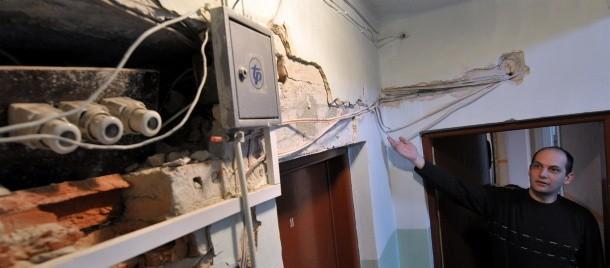 Kable i pokrętła instalacji na wierzchu, jednak zdaniem prezesa ZUM, nie stanowią zagrożenia dla mieszkańców. Pan Paweł jest zbulwersowany tą sytuacją.