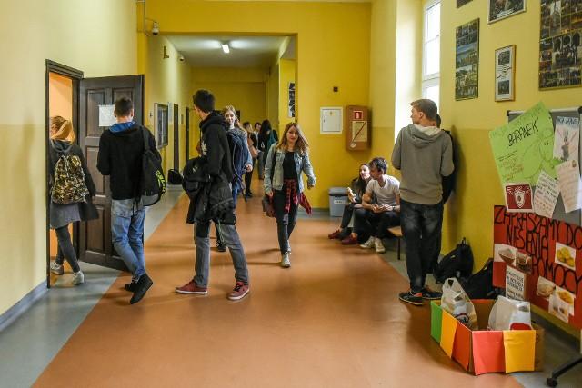 XXV Liceum Ogólnokształcące im. Generałowej Jadwigi Zamoyskiej przy ul. Widnej to mała, kameralna szkoła. Uczniowie czują się tutaj bezpiecznie