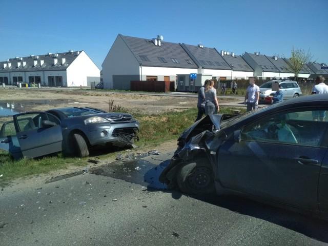 czołowe zderzenie dwóch aut w Dobrzykowicach