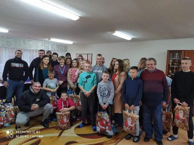 Pierwsze paczki trafiły do dzieci już w Mikołajki. Łącznie powstało ich 115. Kibice wsparli później też 12 rodzin z naszego regionu.